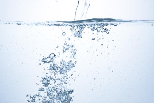 勢いよく注がれる水と気泡の写真