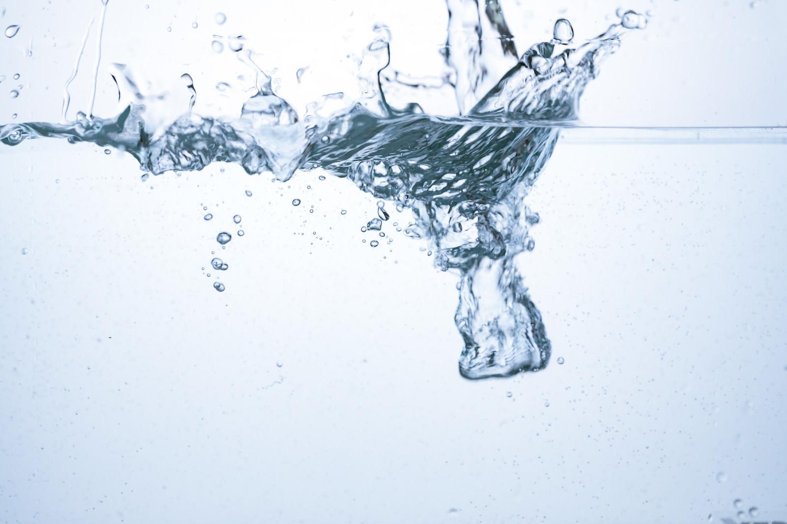 「水槽に勢いよく水が入れられる水槽に勢いよく水が入れられる」のフリー写真素材を拡大
