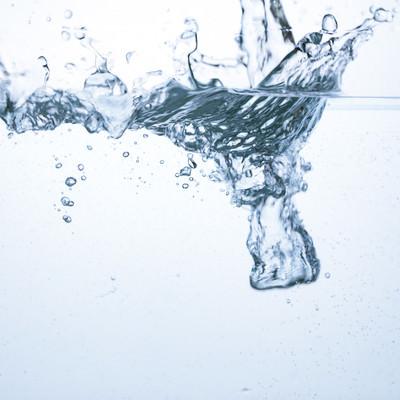 「水槽に勢いよく水が入れられる」の写真素材