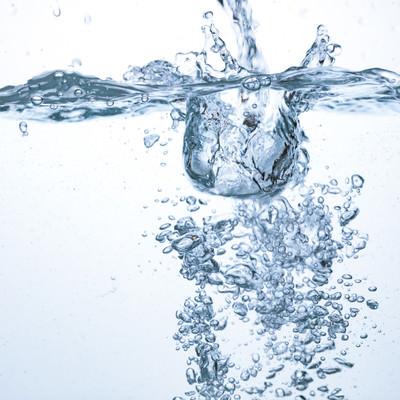 「注がれた水としぶき」の写真素材