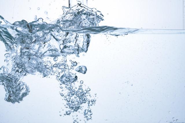 注がれた水と水中の断面の写真