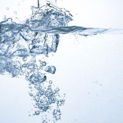 「注がれた水と水中の断面」の写真素材