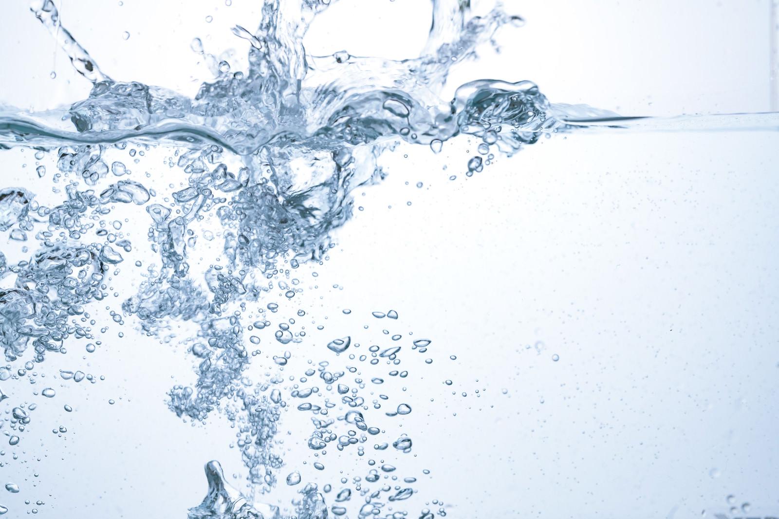 「力強く注ぐ水と気泡」の写真