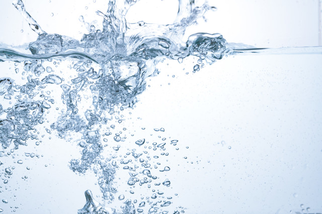 力強く注ぐ水と気泡の写真