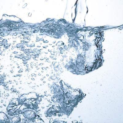 水槽に注がれる水と気泡の写真