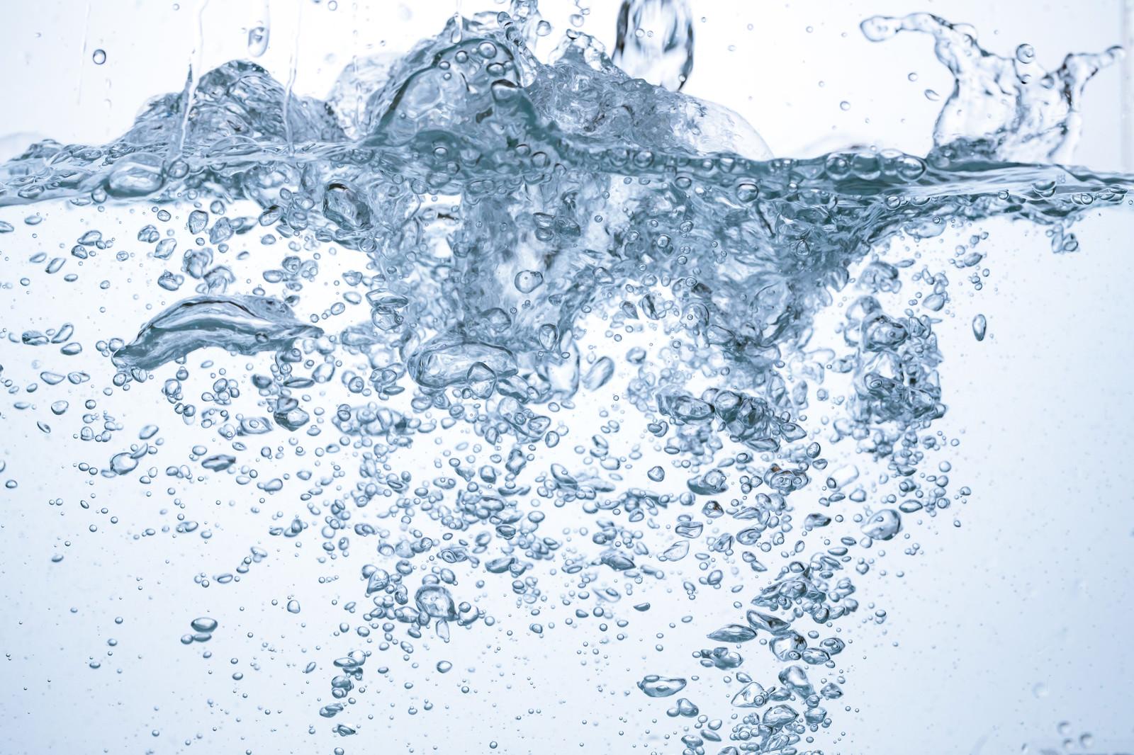 「水槽内に水を勢いよく注ぐ水槽内に水を勢いよく注ぐ」のフリー写真素材を拡大