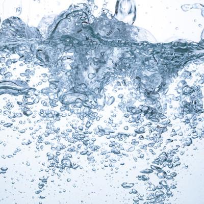 「水槽内に水を勢いよく注ぐ」の写真素材