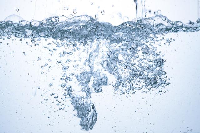 注がれる水と水槽の泡の写真