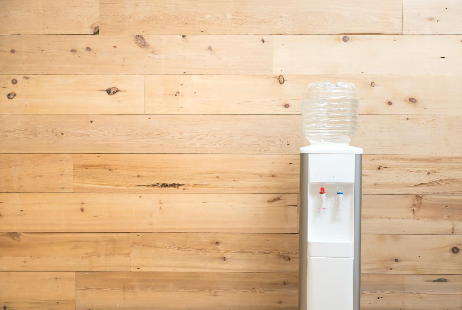 「木目調の壁とウォーターサーバー | 写真の無料素材・フリー素材 - ぱくたそ」の写真