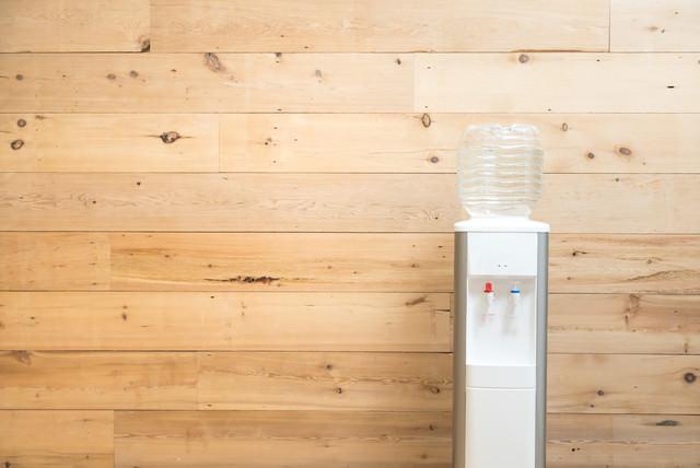 木目調の壁とウォーターサーバーの写真