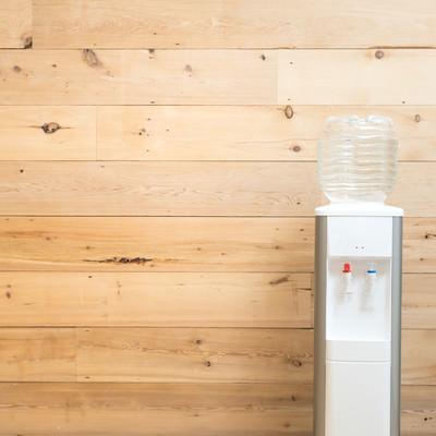 「木目調の壁とウォーターサーバー」の写真素材