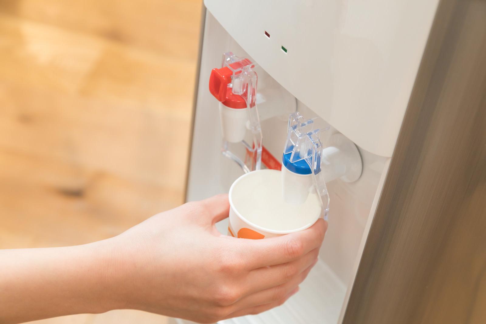 「ウォーターサーバーで冷たい水を入れるウォーターサーバーで冷たい水を入れる」のフリー写真素材を拡大