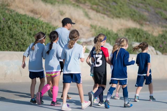 「ウォーキングする海外の子供たち」のフリー写真素材