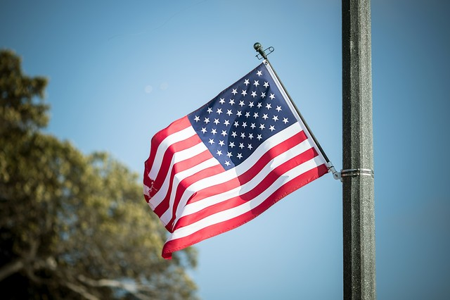 風になびくアメリカの国旗の写真