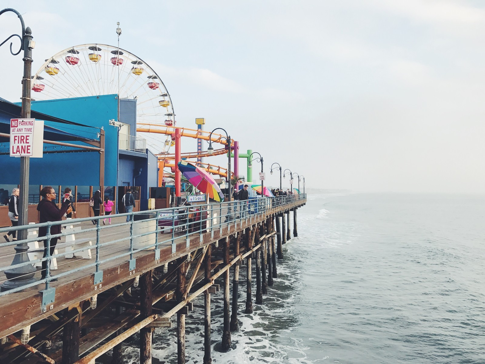 「カリフォルニア、サンタモニカのピアにある海沿いの遊園地カリフォルニア、サンタモニカのピアにある海沿いの遊園地」のフリー写真素材を拡大