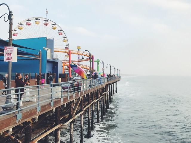 カリフォルニア、サンタモニカのピアにある海沿いの遊園地の写真