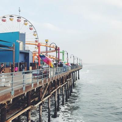 「カリフォルニア、サンタモニカのピアにある海沿いの遊園地」の写真素材