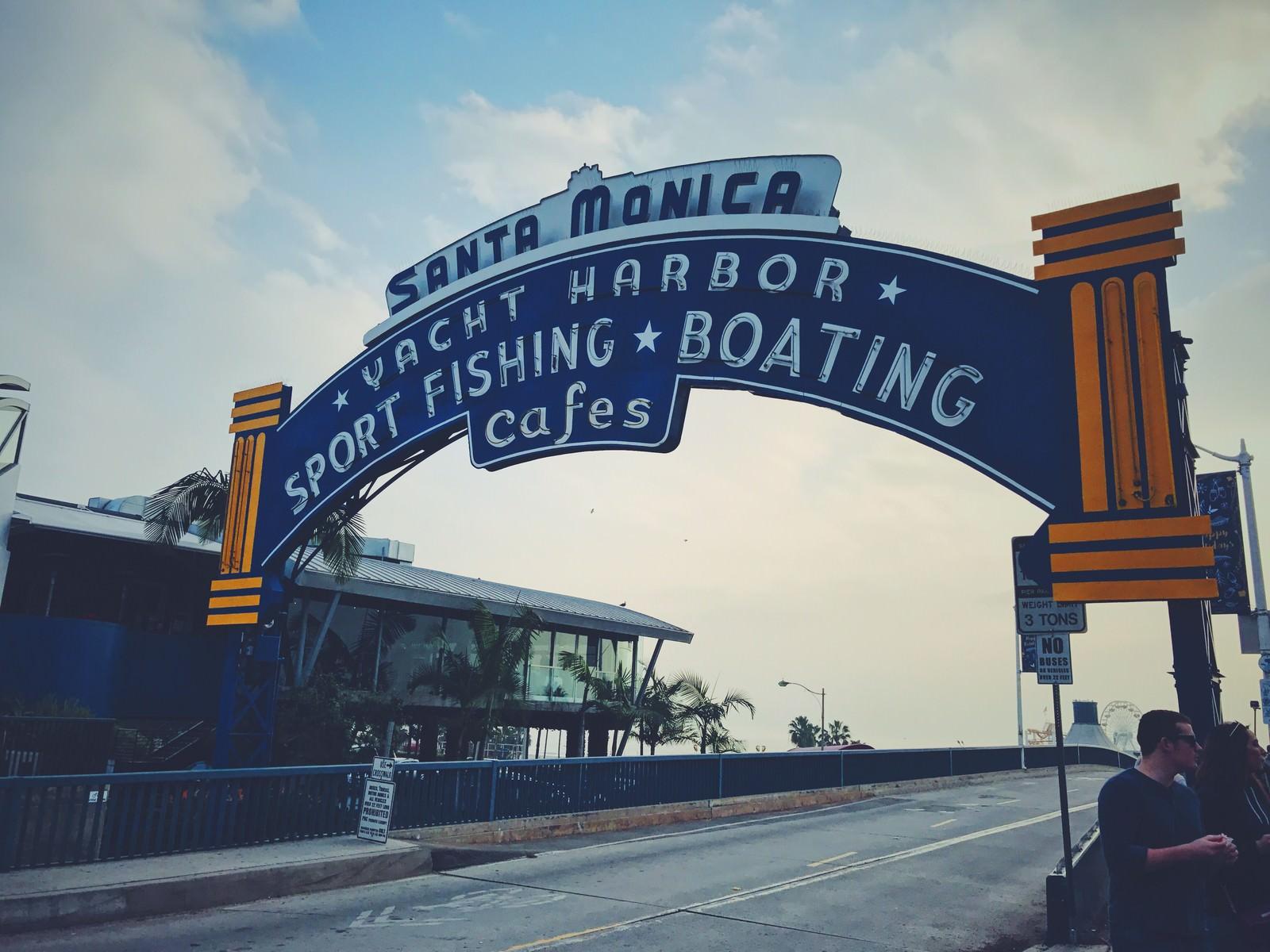 「カリフォルニア、サンタモニカのピア入口の看板」の写真