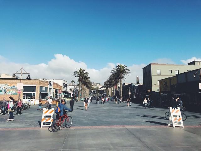 カリフォルニアのハモサビーチ入口の街並みの写真