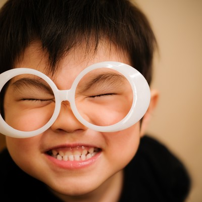 「ハッピー!笑顔が最高の子供」の写真素材