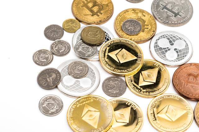 散らばった仮想通貨とフィアットの写真