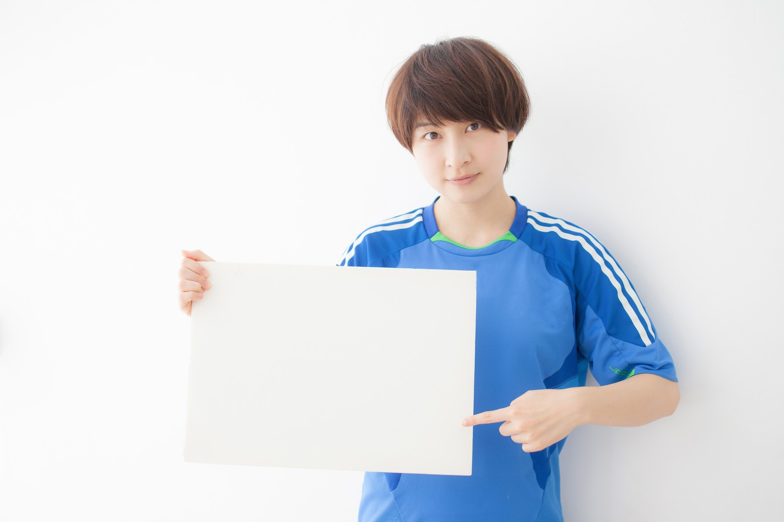 「フリップで解説するサッカー女子 | 写真の無料素材・フリー素材 - ぱくたそ」の写真[モデル:八木彩香]