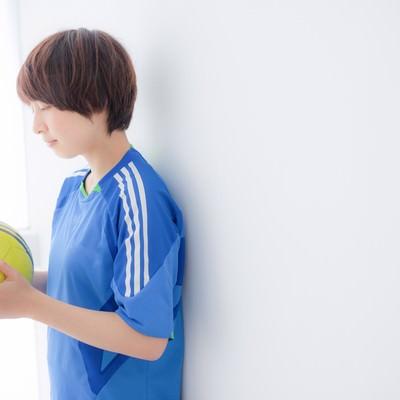 ボールに願いを込めるサッカー女子の写真