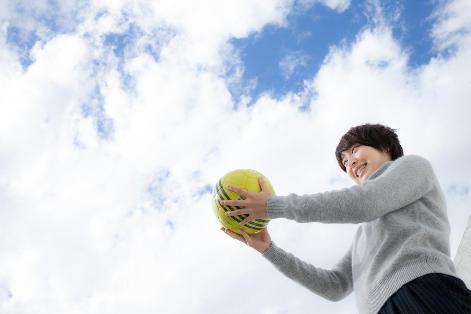 「次の世代にボールを託すサッカー女子」の写真[モデル:八木彩香]