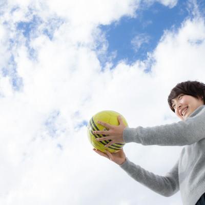 「次の世代にボールを託すサッカー女子」の写真素材