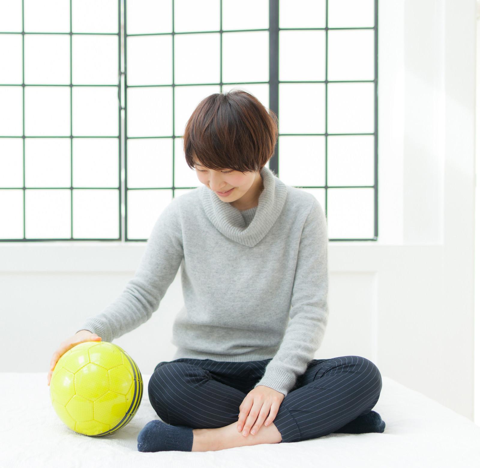「恋人はサッカーボール恋人はサッカーボール」[モデル:八木彩香]のフリー写真素材を拡大