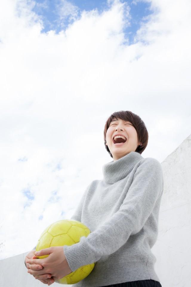 笑顔の女子サッカー部OGの写真