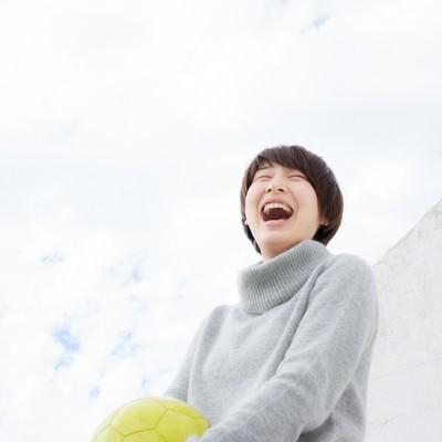 「笑顔の女子サッカー部OG」の写真素材
