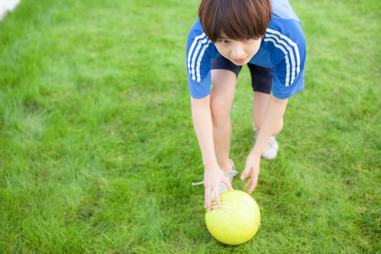 「サッカーボールここ置いときますね」の写真[モデル:八木彩香]