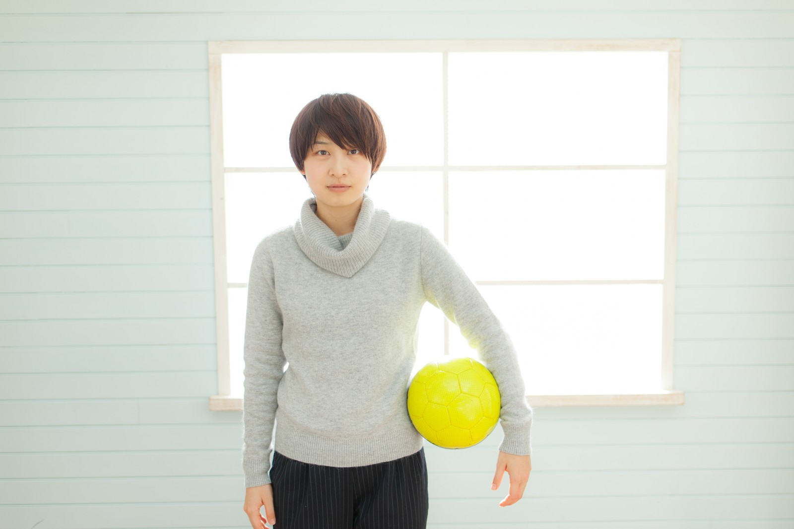 「サッカー部の若い女性コーチ」の写真[モデル:八木彩香]