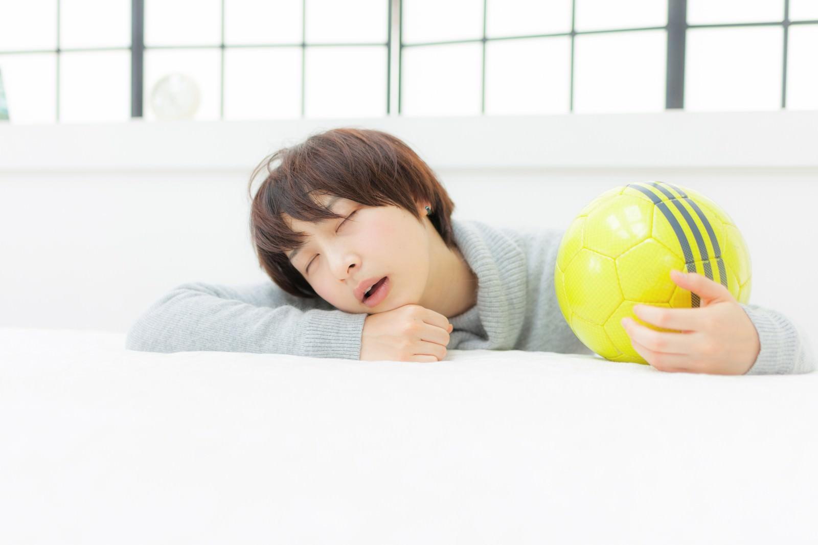 「口を開けて眠るサッカーガール」の写真[モデル:八木彩香]