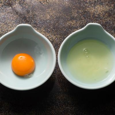 「黄身と白身を分ける」の写真素材