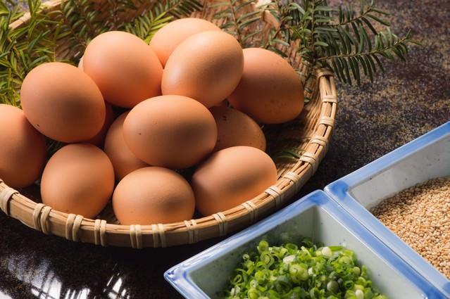 山盛りの新鮮卵と薬味の写真