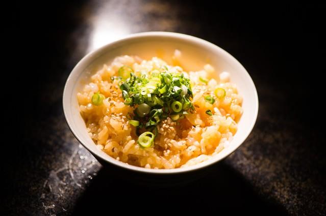 炊きたてのご飯と新鮮な生たまごを絡めた贅沢な1杯の写真