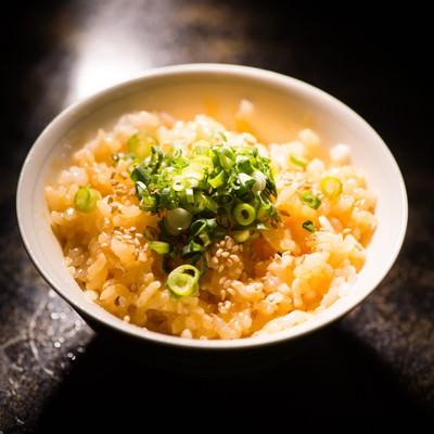 「炊きたてのご飯と新鮮な生たまごを絡めた贅沢な1杯」の写真素材