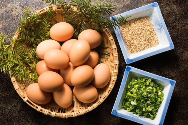 生卵と薬味とゴマのTKGセットの写真
