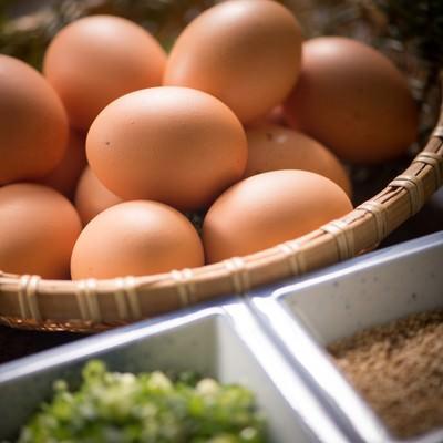 「生卵食べ放題の朝食の誘惑」の写真素材