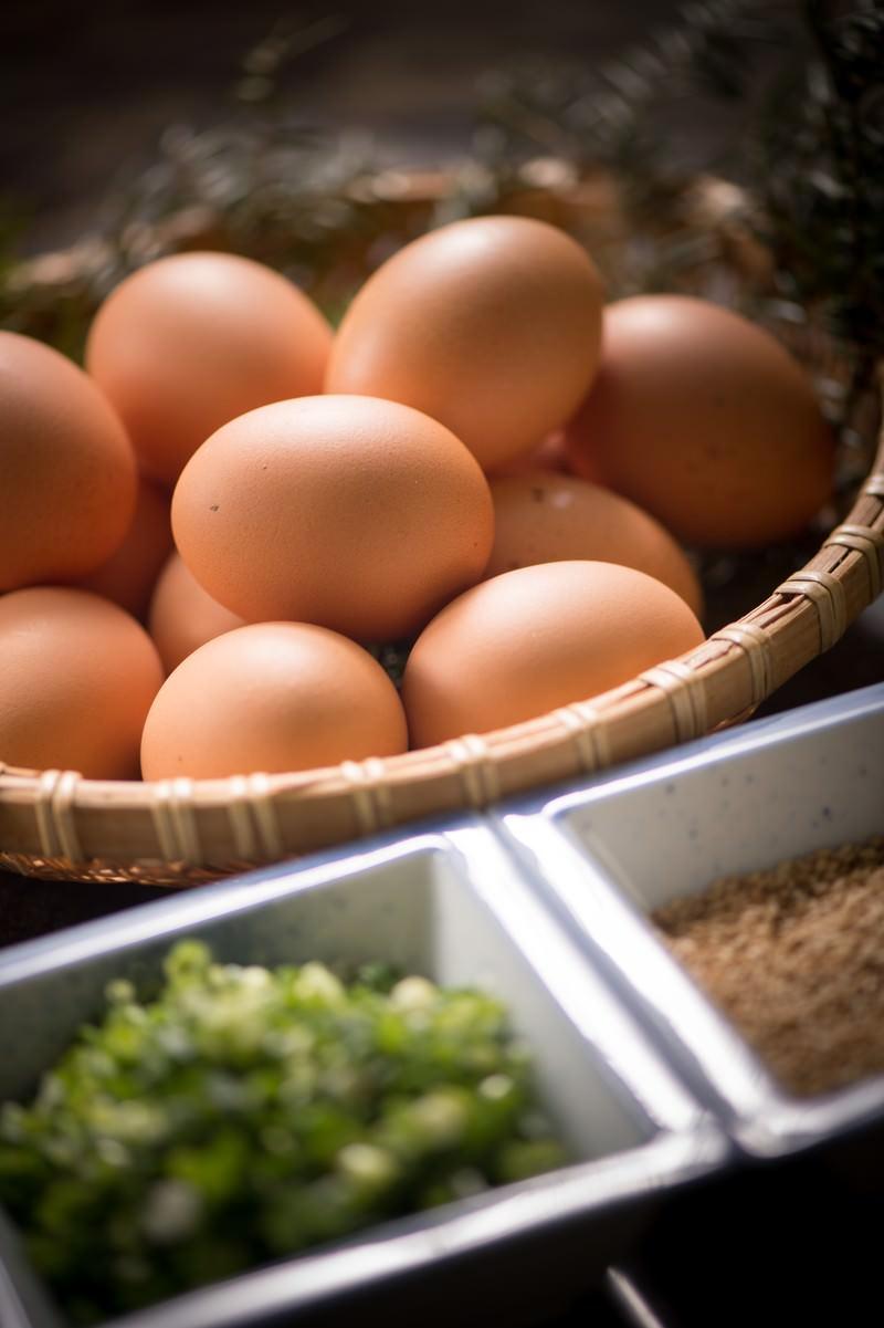 「生卵食べ放題の朝食の誘惑」の写真