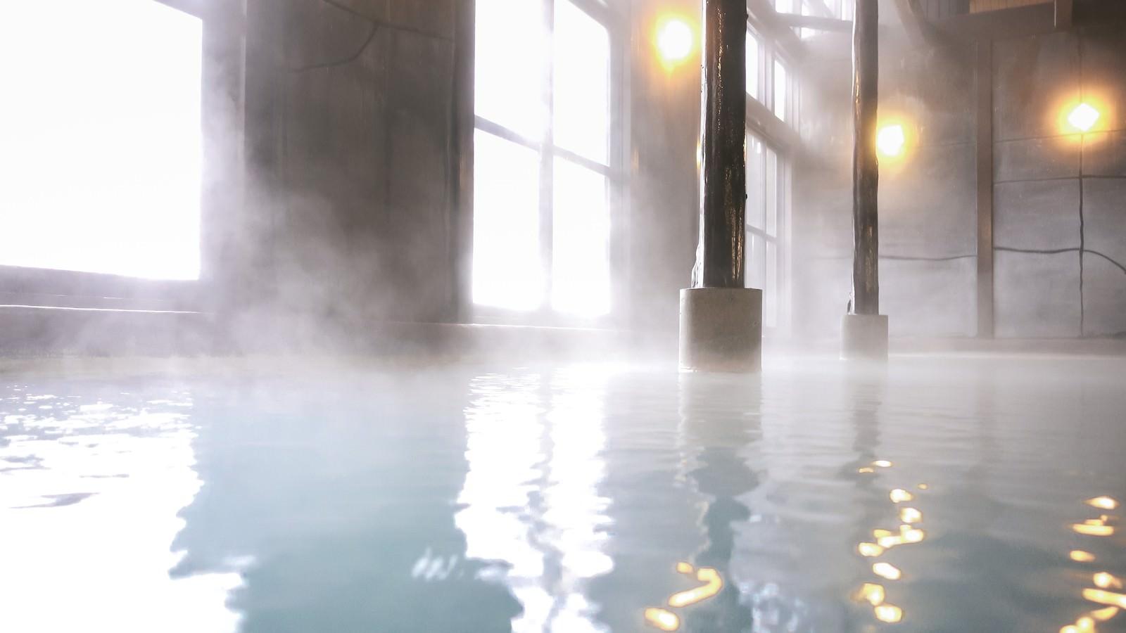 「湯けむり上がり極上の湯浴みができる源泉かけ流し温泉湯けむり上がり極上の湯浴みができる源泉かけ流し温泉」のフリー写真素材を拡大