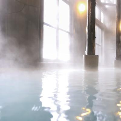 「湯けむり上がり極上の湯浴みができる源泉かけ流し温泉」の写真素材