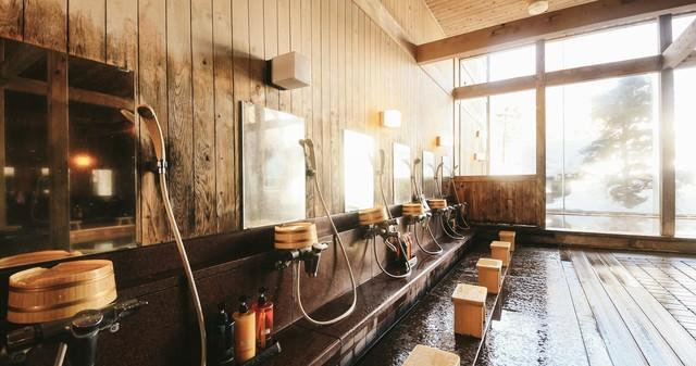 温泉に入る前に身体を洗うルールを守ろう、源泉かけ流し温泉の洗い場の写真