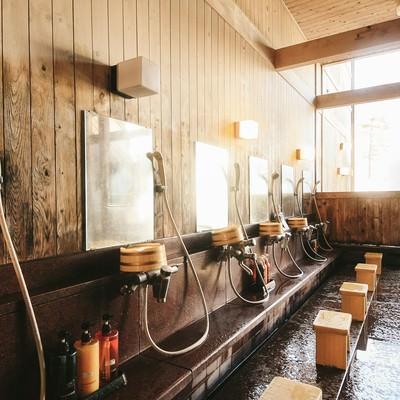 「温泉に入る前に身体を洗うルールを守ろう、源泉かけ流し温泉の洗い場」の写真素材