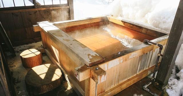 24時間楽しめる平湯民俗館の源泉かけ流しの足湯の写真