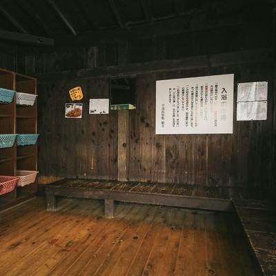 「平湯温泉の中で最も昭和の雰囲気漂う秘湯温泉の脱衣場」の写真素材