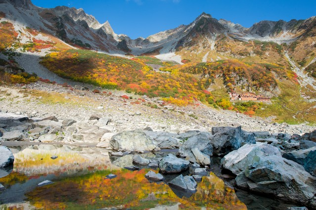 色づく涸沢カールの紅葉の写真