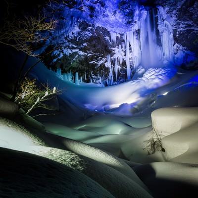 「ライトアップされた平湯大滝の結氷」の写真素材